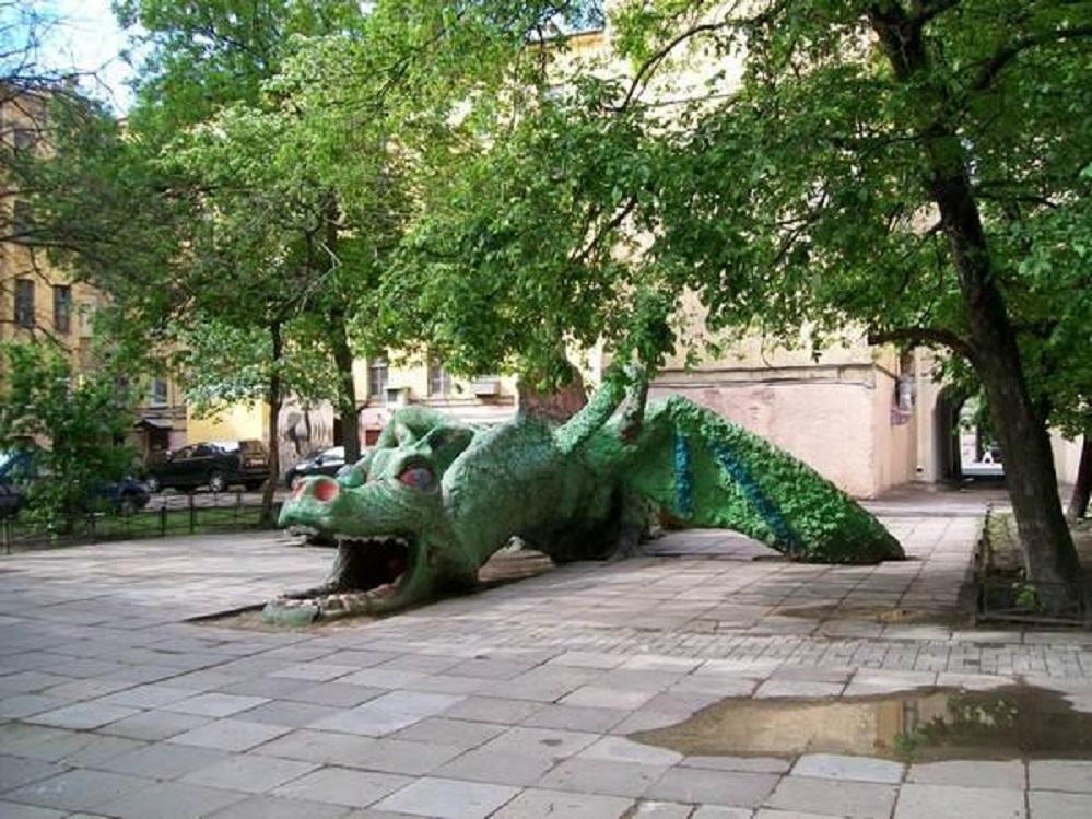 Двор с драконом Фото: littleone.com