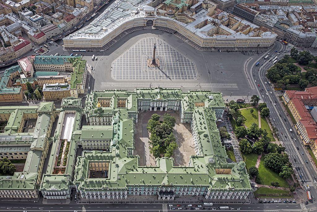 Зимний дворец и Дворцовая площадь с высоты. Фото: Godot13 (Wikimedia Commons)