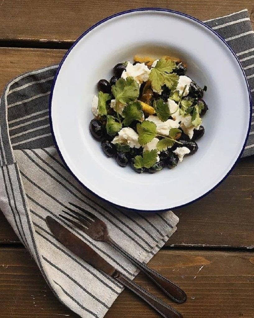 2. Салат с солёными лимонами, молодым сыром и сезонным фруктом в израильском бистро Saviv