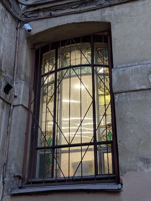 Доходный дом Ерошенко, Басков пер., 5. Со двора дома виден витраж. Фото: citywalls.ru