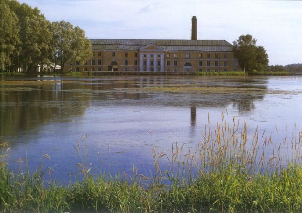 Бумажная фабрика — памятник промышленной архитектуры. Здание расположено на берегу пруда в восточной части Ропшинского парка