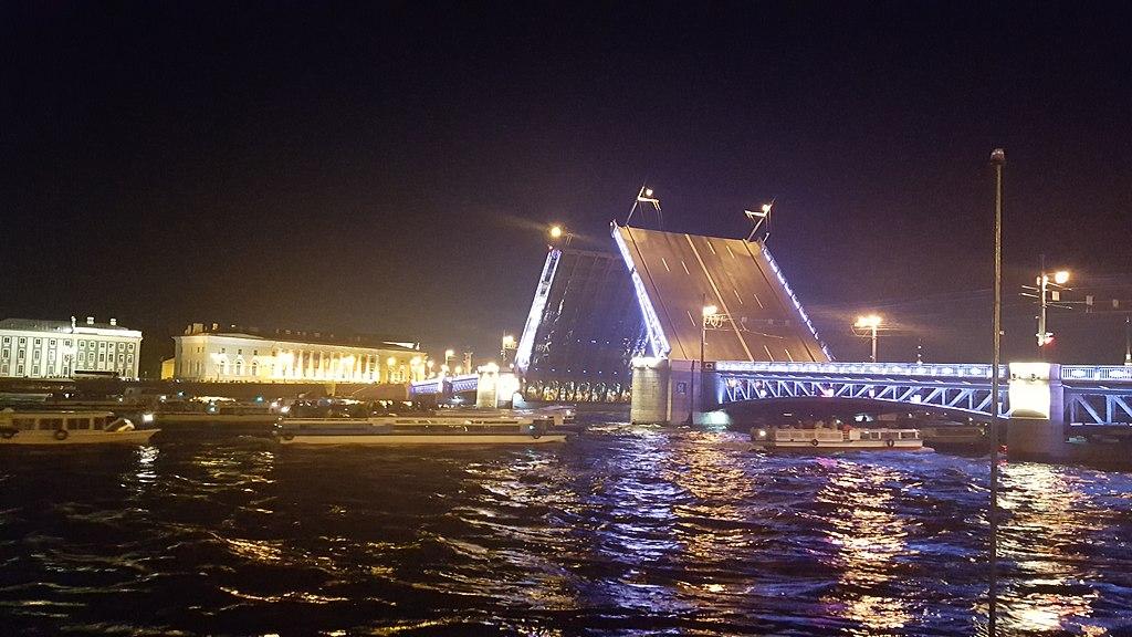 Дворцовый мост, май 2018 г. Фото: Виктория Стрижова (Wikimedia Commons)