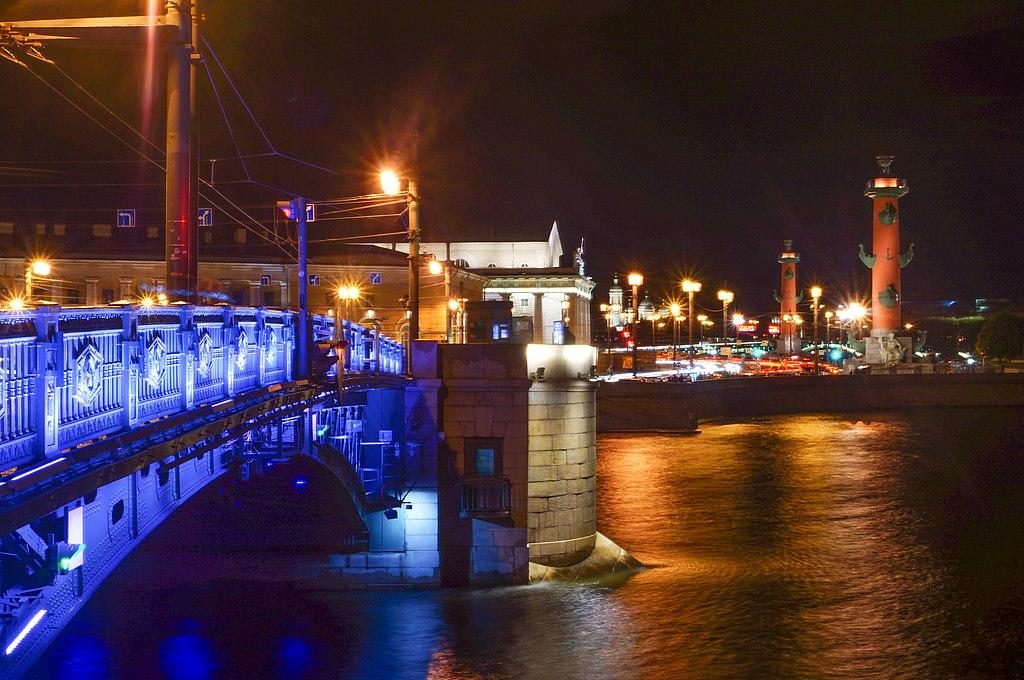 Дворцовый мост, август 2017 г. Фото: Воронина Мария (Wikimedia Commons)