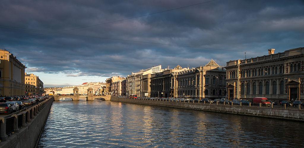 Вид на мост Ломоносова с набережной реки Фонтанки. Фото: Alexandr Kozlov (Wikimedia Commons)