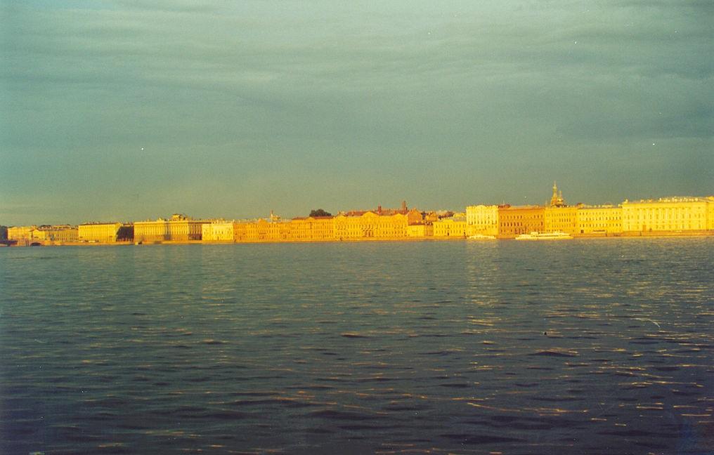 Дворцовая набережная перед рассветом в белую ночь. Фото: Michael Hoffmann, Hamlet53. (Wikimedia Commons)