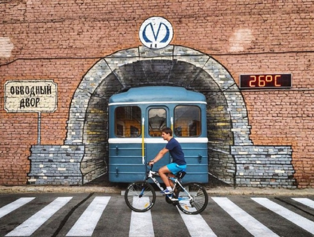 На Обводном канале поезд проезжает сквозь стену. Фото: avangard