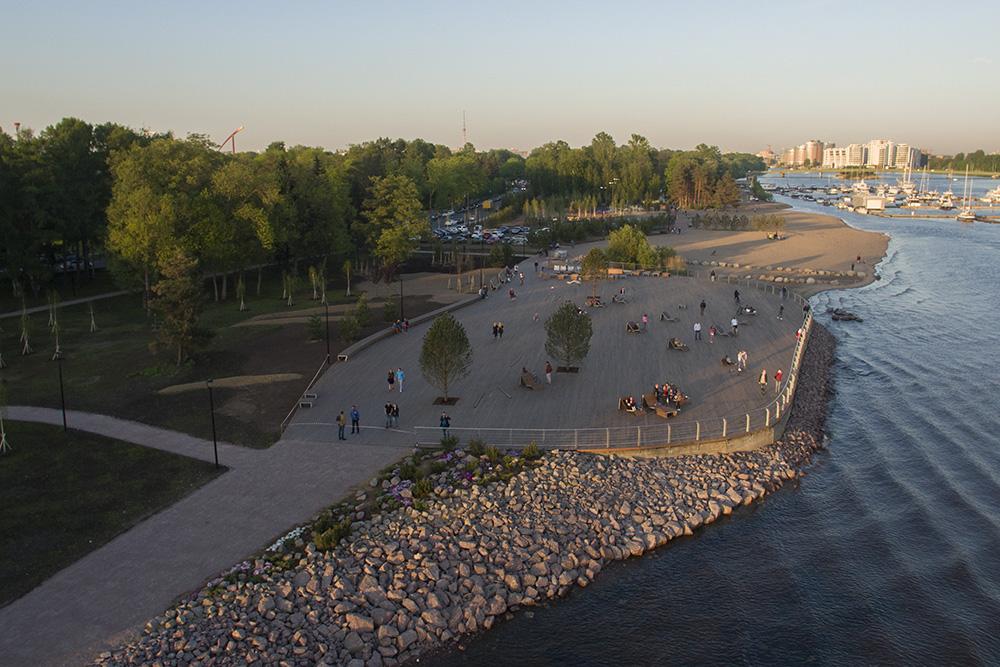 Зона отдыха с шезлонгами и видом на залив на пляже Крестовского острова. Фото: paperpaper.ru