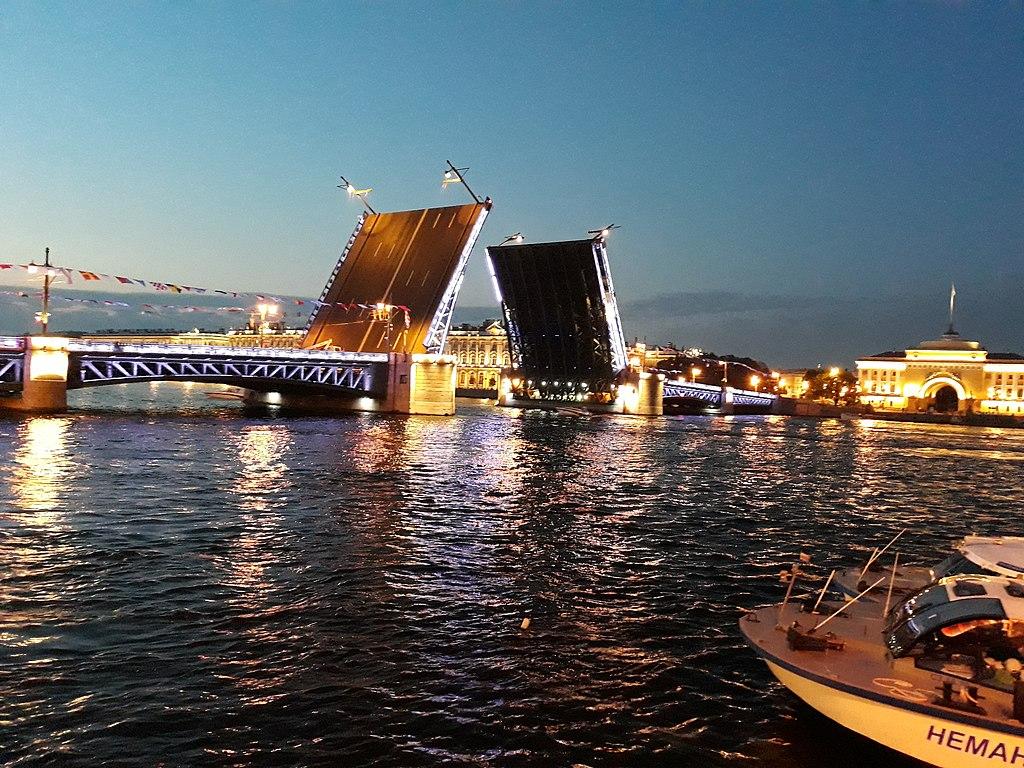 Дворцовый мост, июль 2018 г. Фото: Squirrel3112 (Wikimedia Commons)