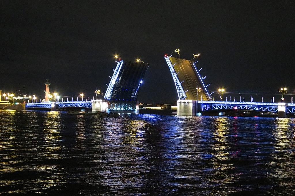 Дворцовый мост, сентябрь 2019 г. Фото: ArtomU (Wikimedia Commons)