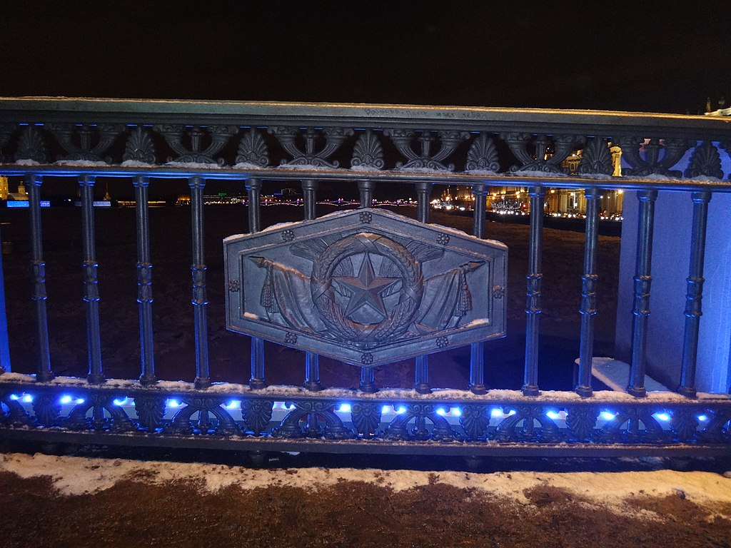 Рисунок решётки Дворцового моста (новогодняя подсветка). Фото: Monoklon at Russian Wikipedia