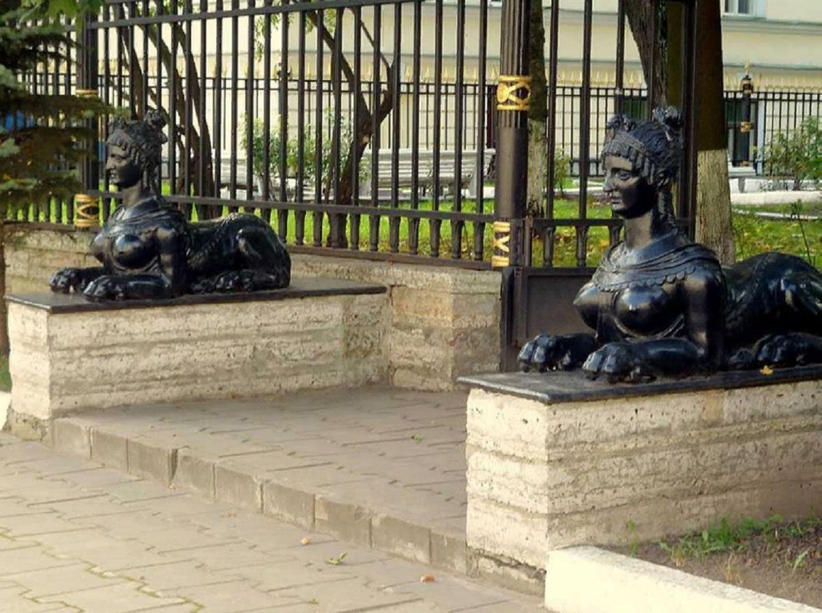 Сфинксы во дворе Горного института