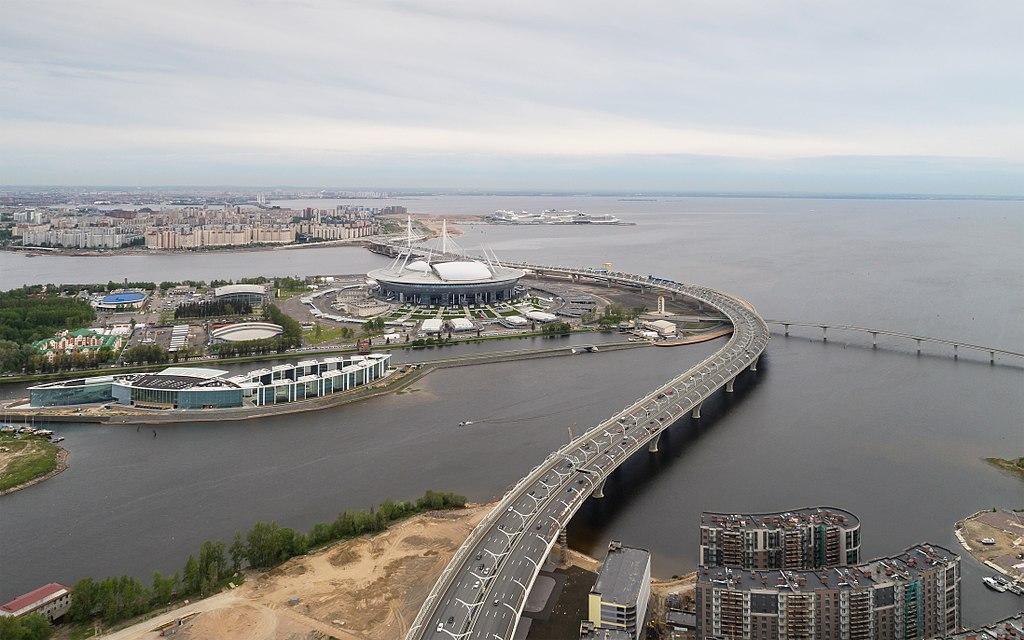 """Стадион """"Санкт-Петербург"""" (""""Газпром Арена"""") и Западный скоростной диаметр. Фото: A.Savin (Wikimedia Commons · WikiPhotoSpace)"""