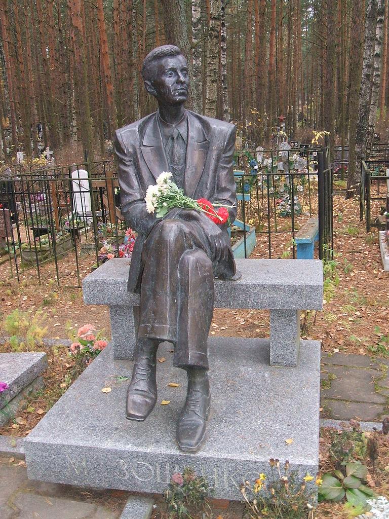 Памятник на могиле М. Зощенко. Фото: Пётр Иванов (Wikimedia Commons)