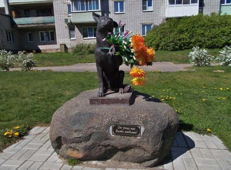 Памятник бездомной собаке в Новой Ладоге. Фото: fotoload.ru