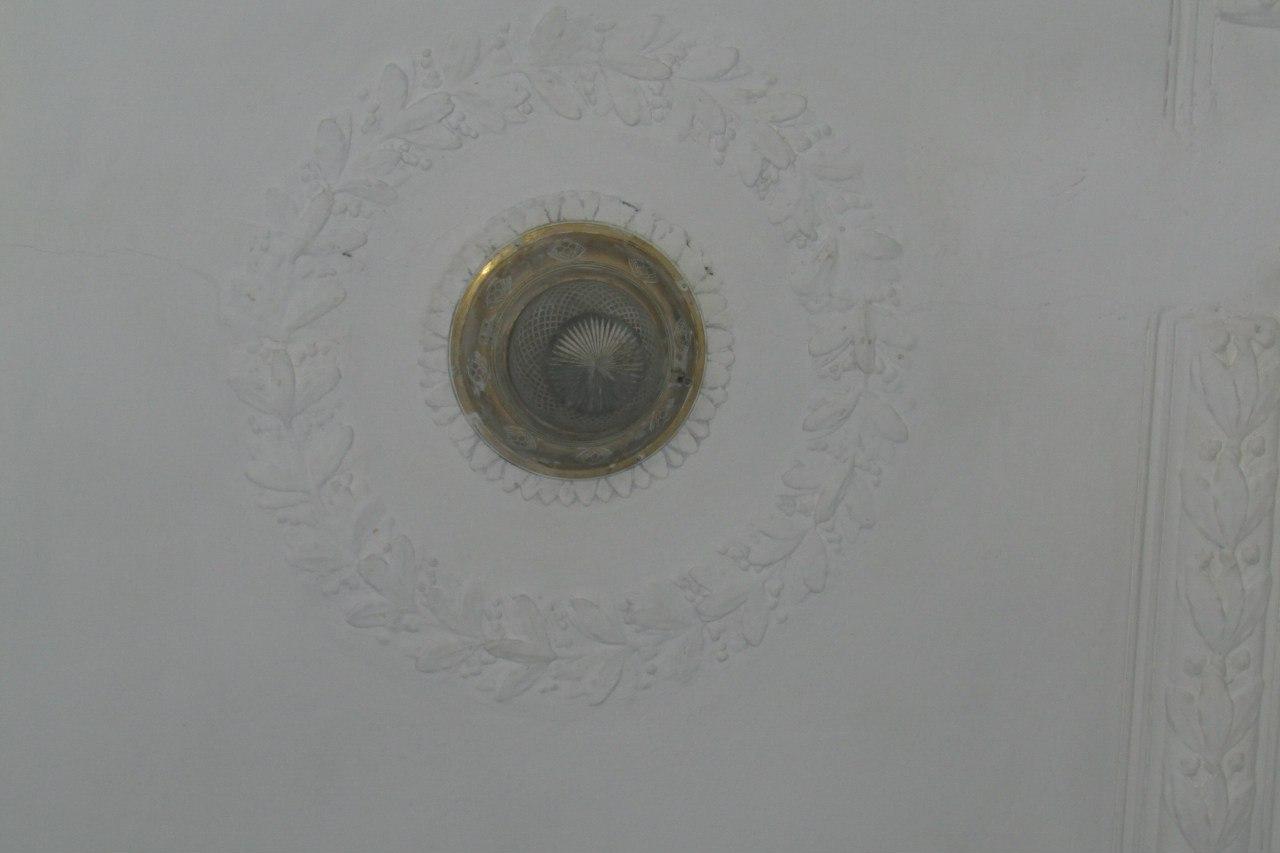 Доходный дом Ерошенко. Декор потолка лестницы и светильник. Фото: citywalls.ru