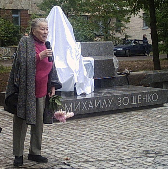 З. Томашевская выступает на открытии памятника. Фото: cbs-kurort.spb.ru