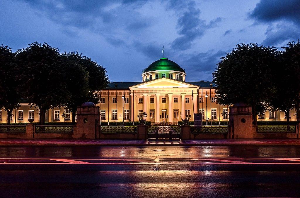 Таврический дворец ночью с подсветкой. Фото:sergejf (Wikimedia Commons)