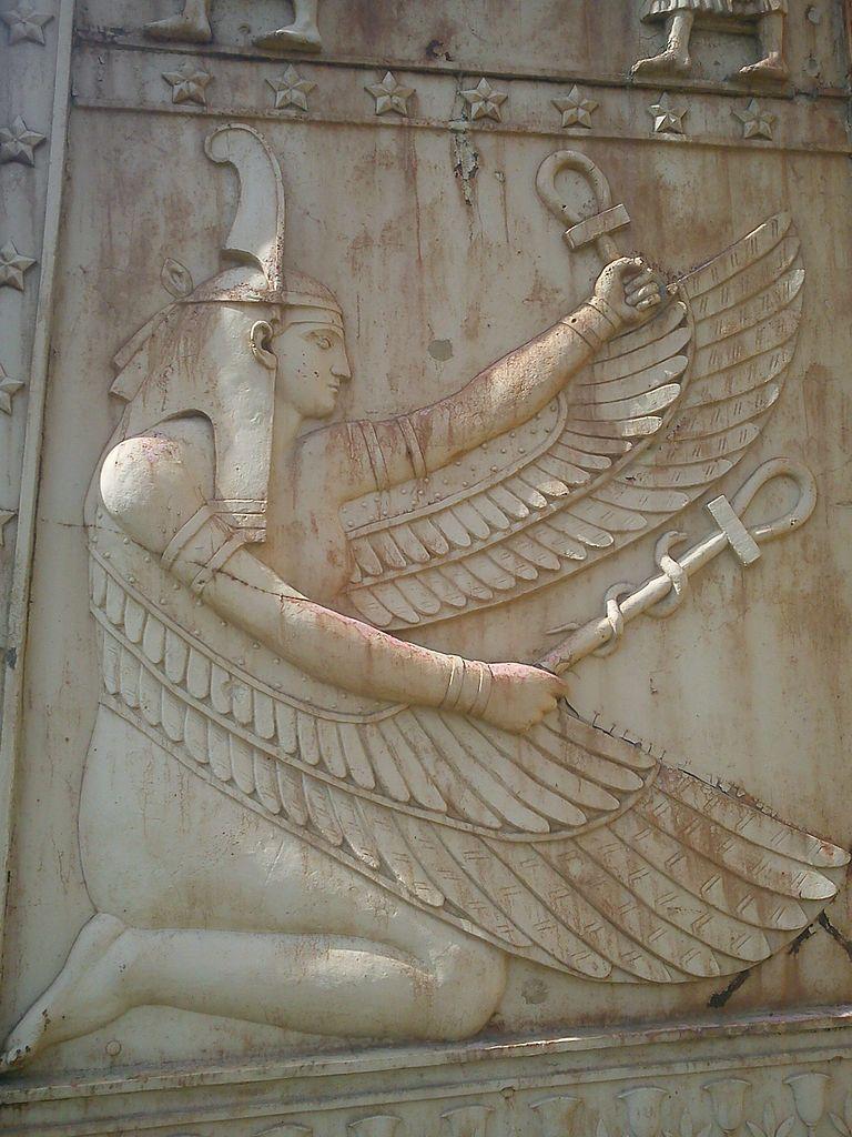 Изображение богини порядка Маат на воротах. Фото: Messir2 (Wikimedia Commons)