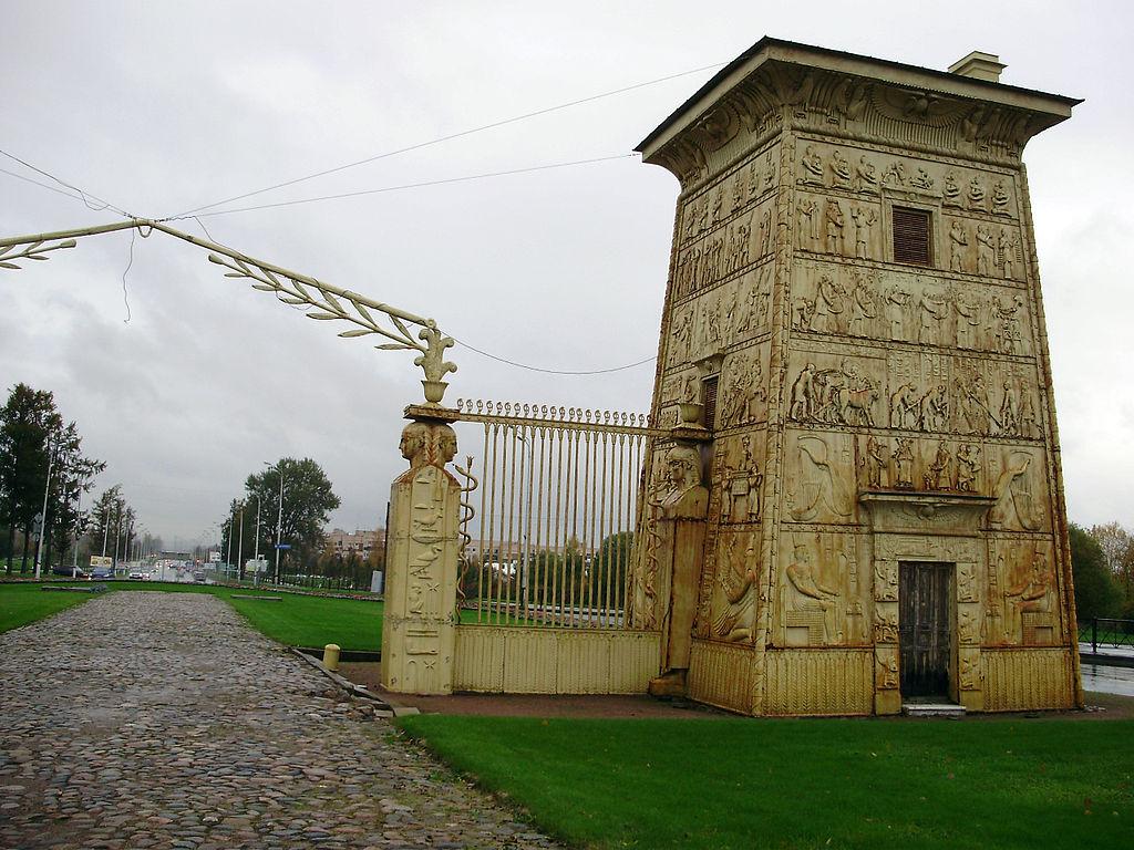 Правая пропилея. Египетские ворота. Фото: Vasyatka1 (Wikimedia Commons)