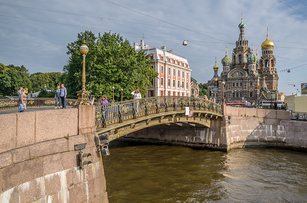 Торшер с фонарем. Мало-Конюшенный мост. Фото: Florstein (WikiPhotoSpace)
