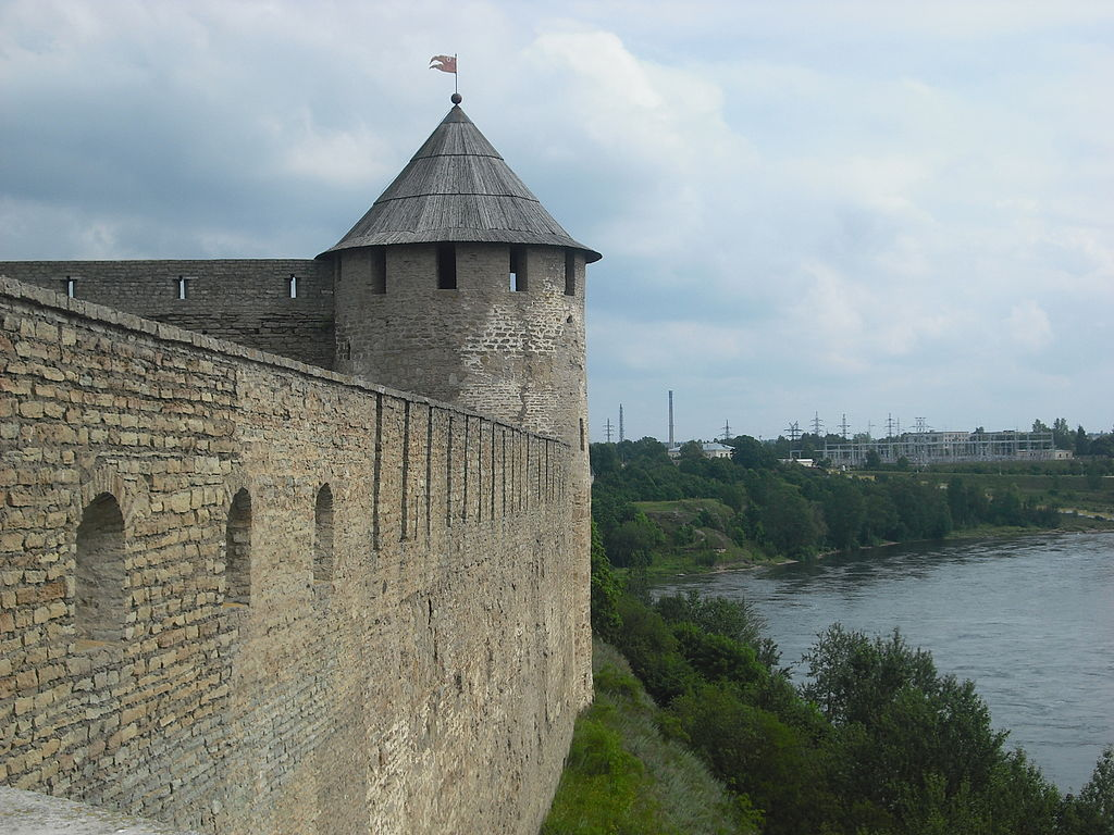 Западная стена Ивангородской крепости и Провиантская башня. Фото: Suomen Joutsen (Wikimedia Commons)