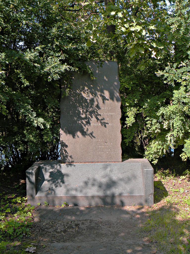 Памятный камень в честь Невской битвы на берегу. Фото: Vitold Muratov