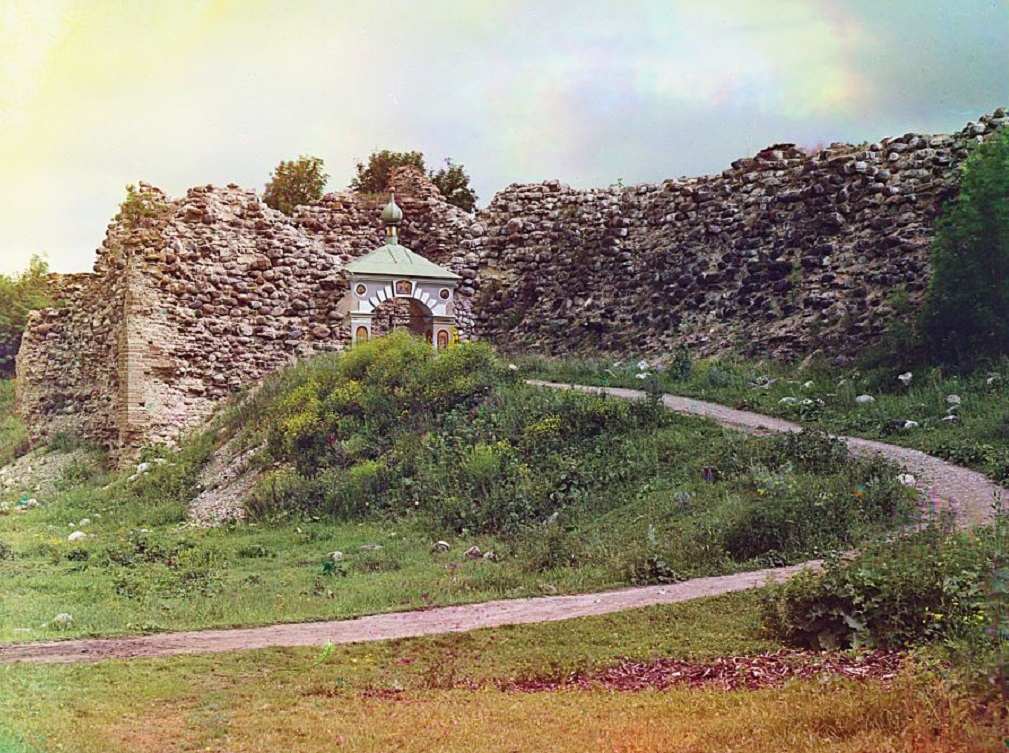 Riurik fortress around the Church of Saint George. Staraia Ladoga, Russian Empire. Автор: Sergei Mikhailovich Prokudin-Gorskii Collection (Wikimedia Commons)