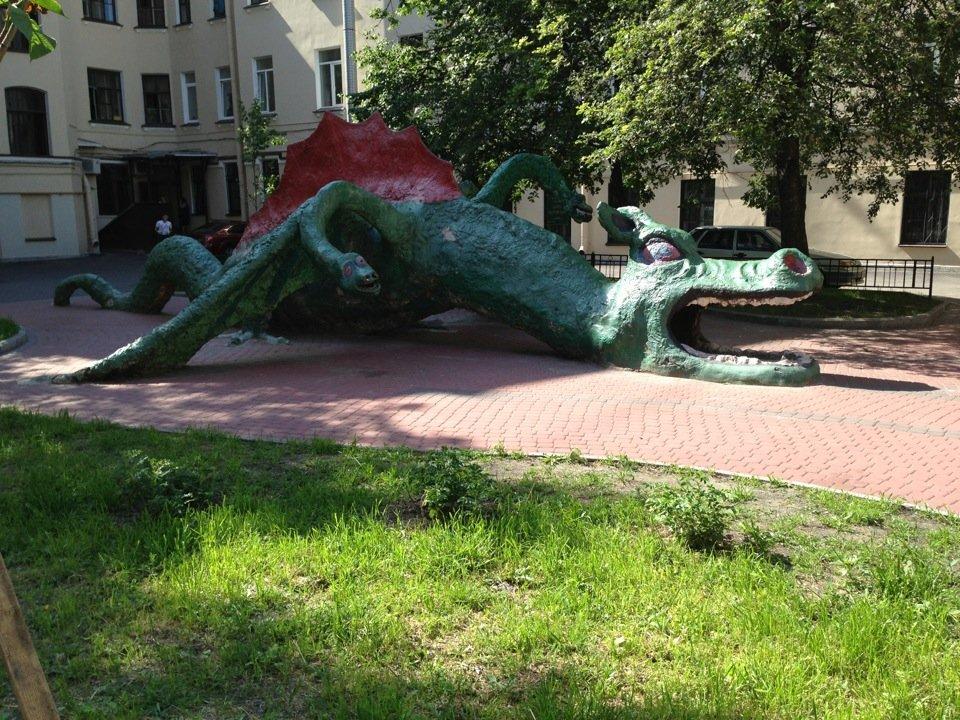 Двор с драконом. Автор фото: Denis D. Источник: ru.foursquare.com