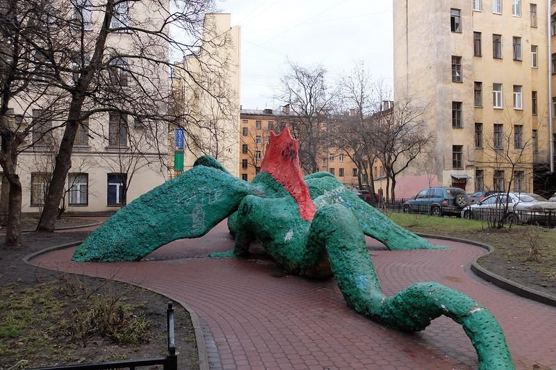Двор с драконом. Автор фото: pantv Источник: pantv.livejournal.com