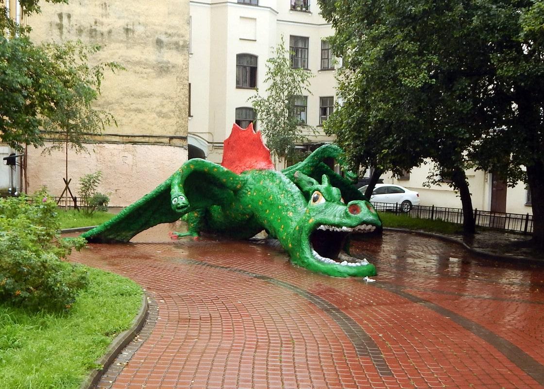 Двор с драконом. Автор фото: Путевской Виктор (vipernn) Источник:  vipernn.livejournal.com