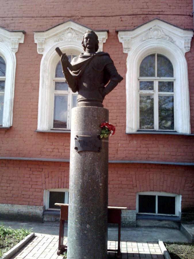 Бюст Петру I, установлен 30 мая 2002 года перед зданием Муниципального совета, раньше здесь была Земская управа. Фото: muamuk