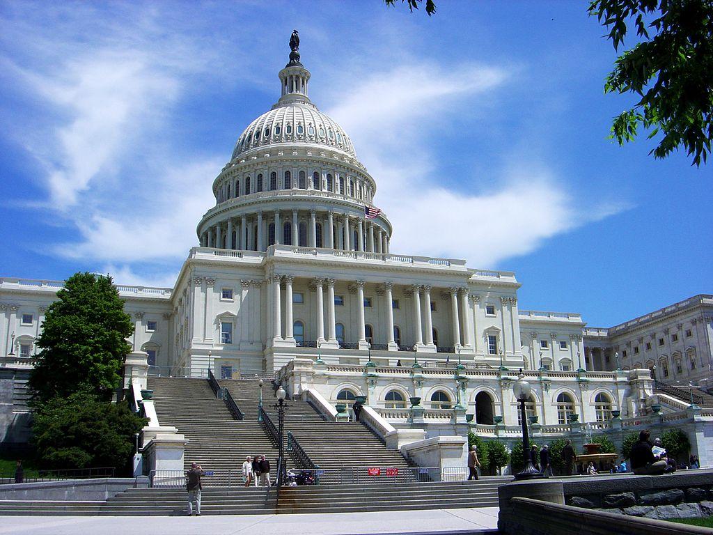 Вид на Капитолий снизу. Фото: Kmccoy (Wikimedia Commons)