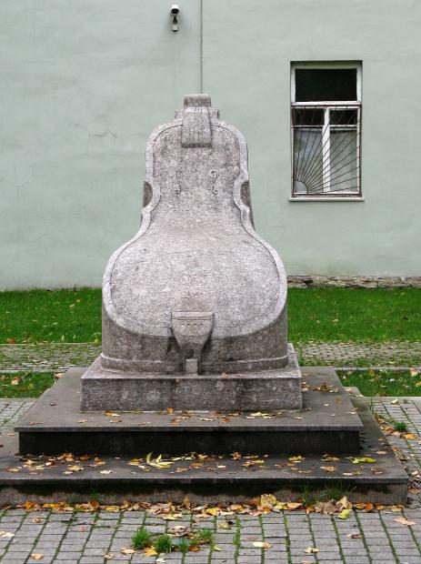 Скрипка-Кресло в Сквере А. П. Петрова