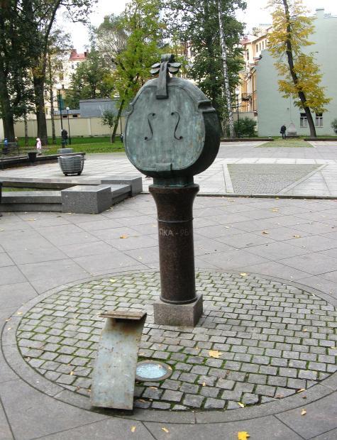 Скрипка-Яблоко в Сквере А. П. Петрова