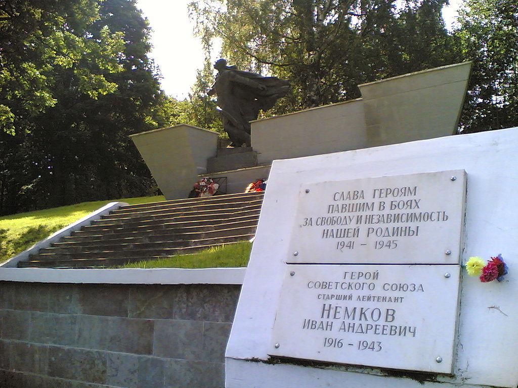 Вид на главный монумент мемориала. Мартышкинский мемориал. Фото:   Mashiah Davidson
