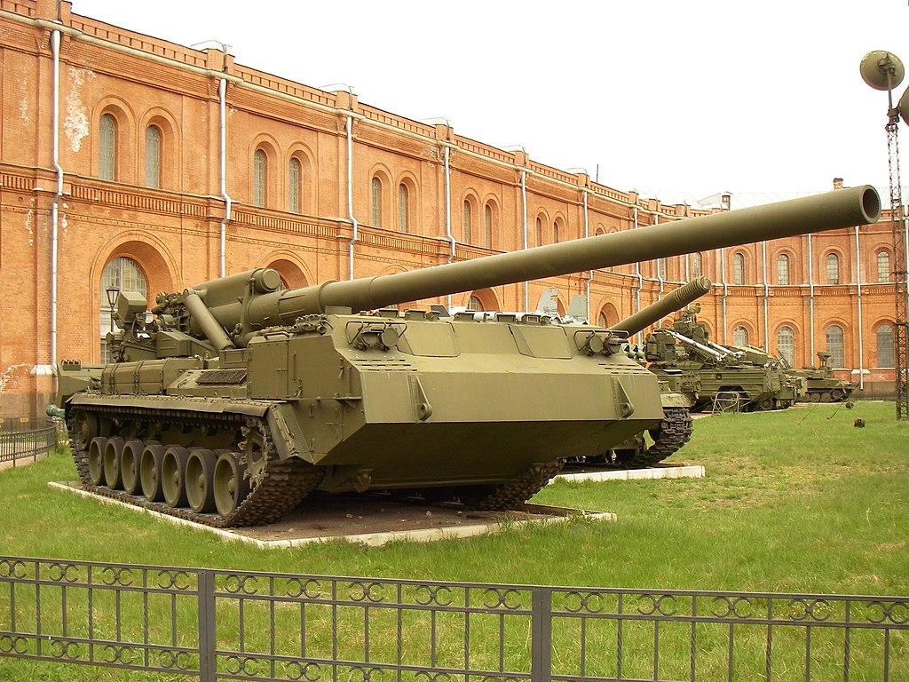 """203-мм самоходная артиллерийская установка 2С7 """"Пион"""" в Артиллерийском музее. Фото: One half 3544"""