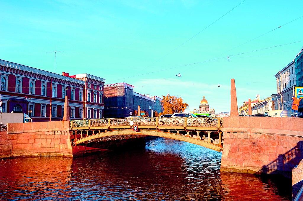 Поцелуев мост: через реку Мойку, по улице Глинки, Адмиралтейский район. Фото: GAlexandrova (Wikimedia Commons)