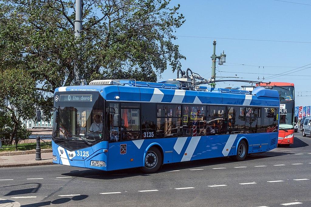 Троллейбус АСКМ-321 возле Дворцового моста в Санкт-Петербурге. Фото: Florstein (WikiPhotoSpace)
