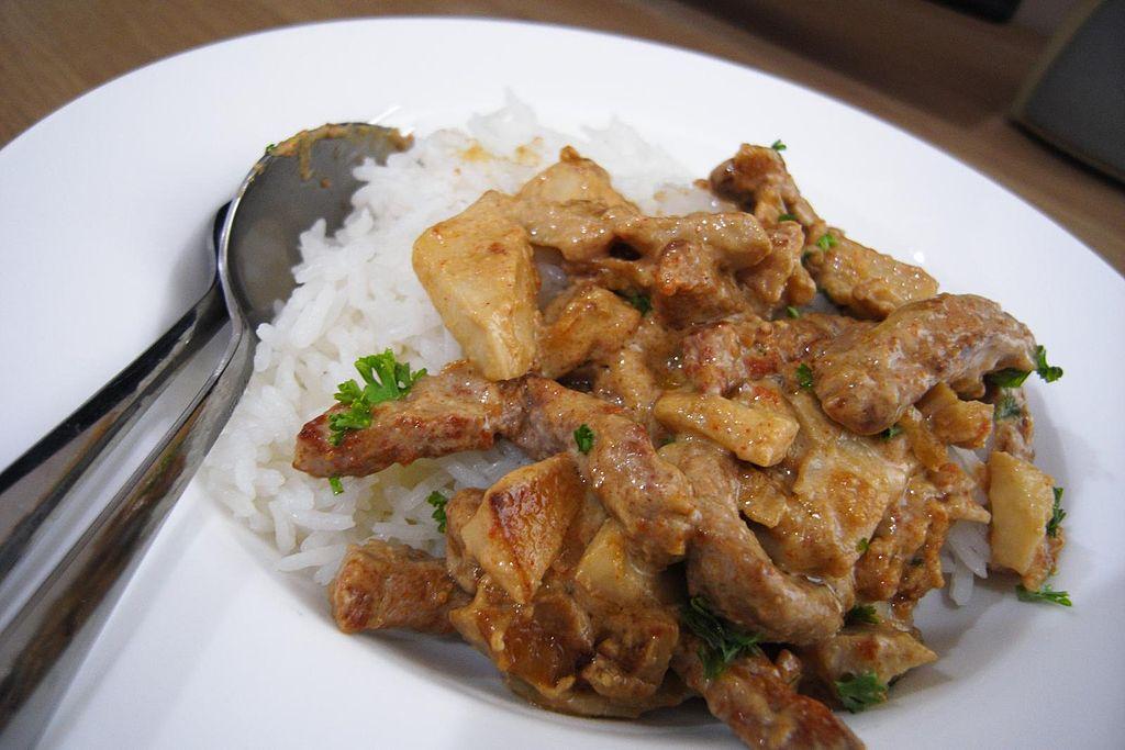 Бефстроганов с рисом. Фото: Pittaya Sroilong