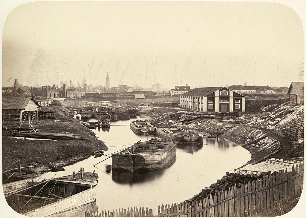 Баржи в канале возле Санкт-Петербурга. Фотография из альбома Виды Николаевской железной дороги. Фото: Goffert (Wikimedia Commons)