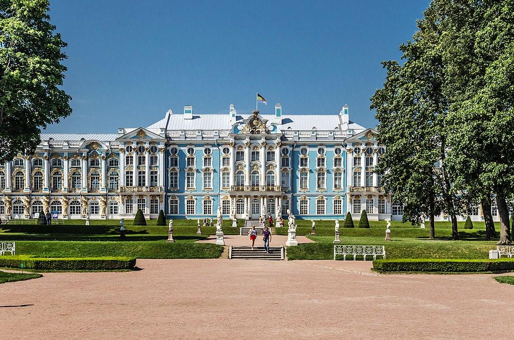 Южная сторона с императорским флагом дома Романовых. Фото: Florstein (WikiPhotoSpace)