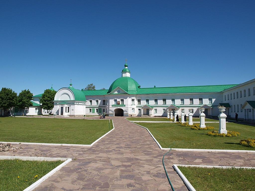 Корпус келейный восточный со Святыми воротами и надвратной церковью святителя Николая. Фото: IRINA LOGUNOVA (Wikimedia Commons)