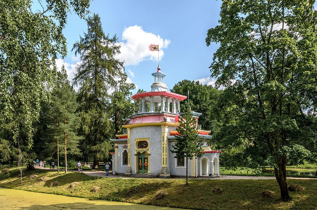 Скрипучая (Китайская) беседка в Екатерининском парке Царского Села. Автор фото: Florstein (WikiPhotoSpace)