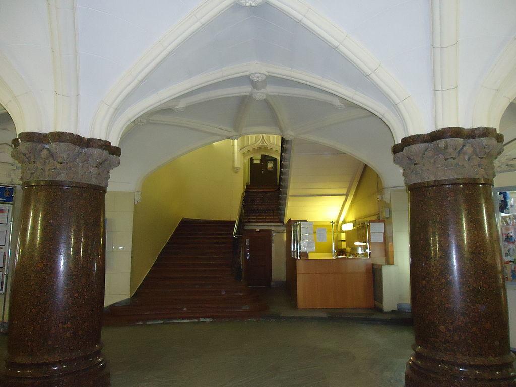 Вестибюль, вход на лестницу. Фото: Светлана Львовна Ширяева (Wikimedia Commons)