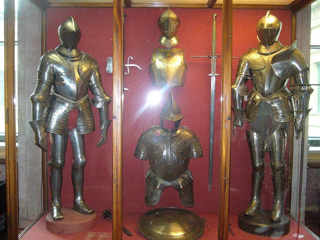 Доспехи в рыцарском зале Эрмитажа. Фото: VPliousnine (Wikimedia Commons)