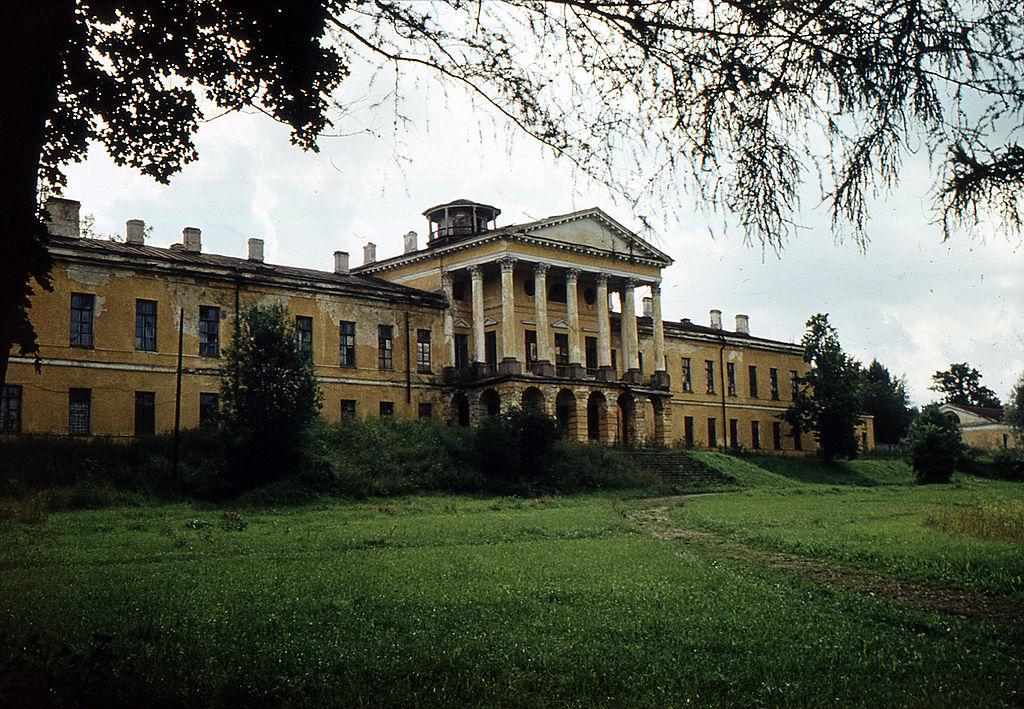 Дворец в Ропше в 70-е годы 20 века. Фото: Витольд Муратов