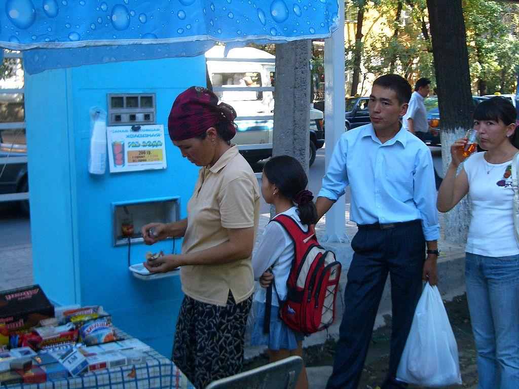 """Советский автомат в Бишкеке в """"неавтоматическом"""" виде — то есть с продавщицей, нажимающей кнопки. Фото: Vmenkov (Wikimedia Commons)"""