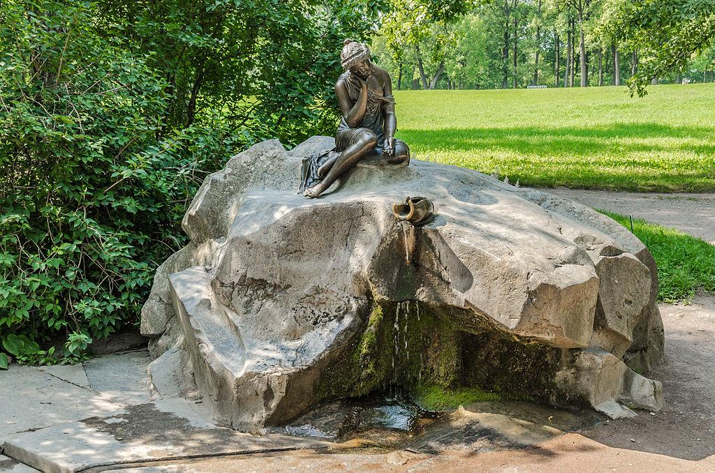 "Фонтан ""Девушка с разбитым кувшином"" в Екатерининском парке Царского села. Автор фото: Florstein (WikiPhotoSpace)"