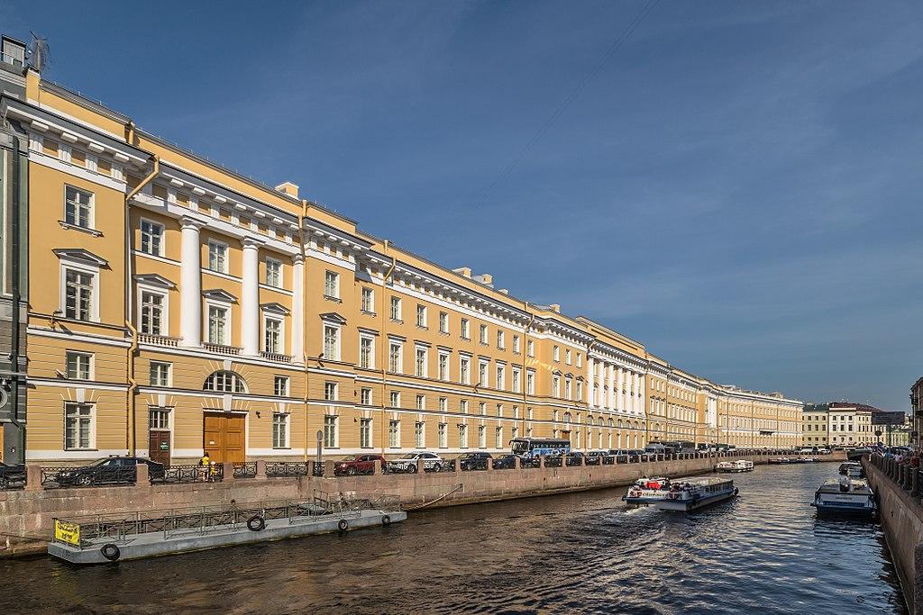 Здание Главного Штаба в Санкт-Петербурге, вид на восточное крыло с реки Мойки. Фото: Florstein (WikiPhotoSpace)