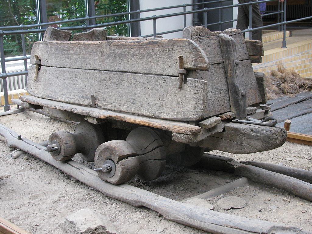 Шахтный деревянный рельсовый путь и вагонетка, Германия, XVI век. Немецкий технический музей. Фото: Zenit (Wikimedia Commons)